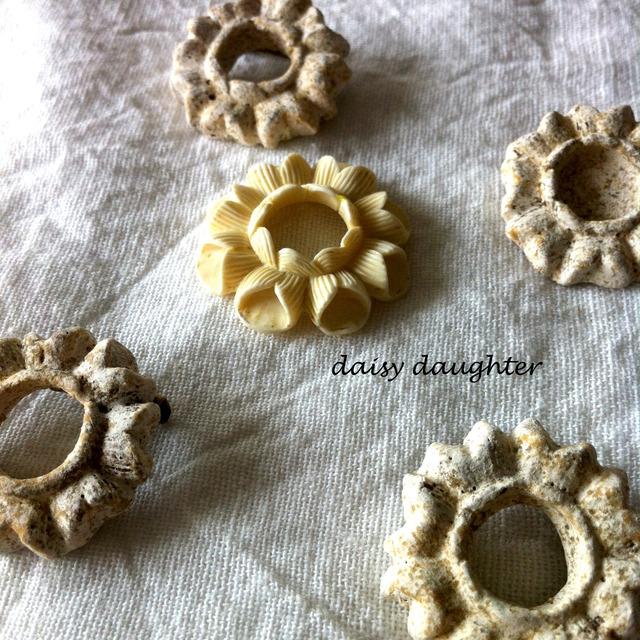 【陶器】アンティークみたいな花の輪ブローチ
