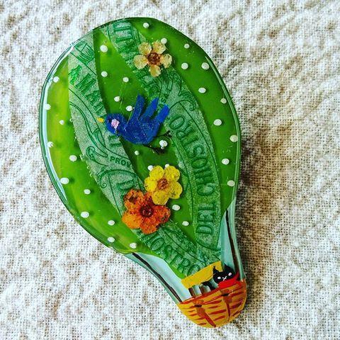 緑の気球プラ板ブローチ