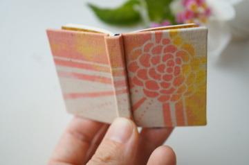 花模様のプレゼント 型染め豆本
