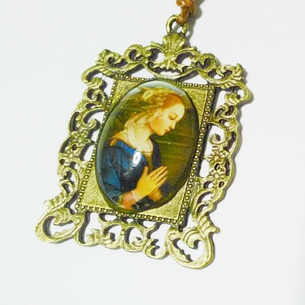 祈る横向き聖母の飾り枠ネックレス