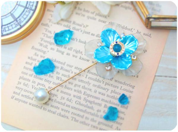 結晶花と刻珠のピンブローチ