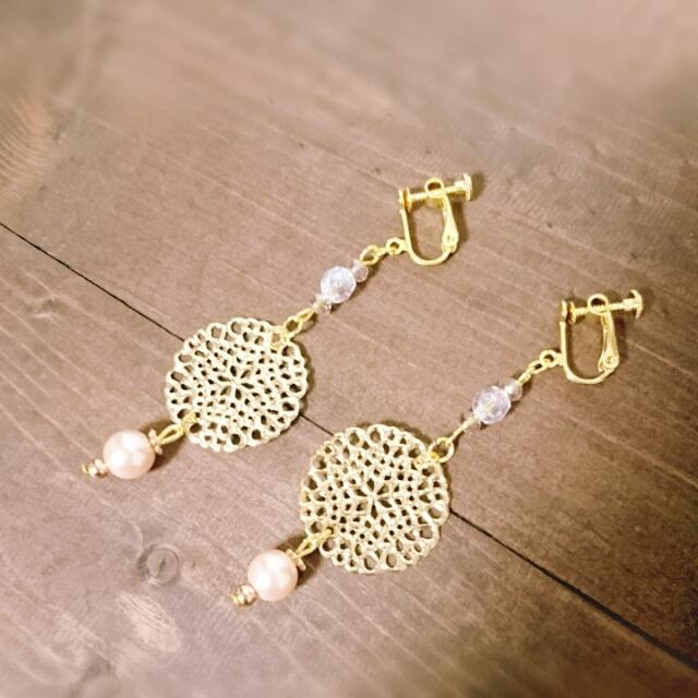 透かしパーツとガラスビーズのイヤリング