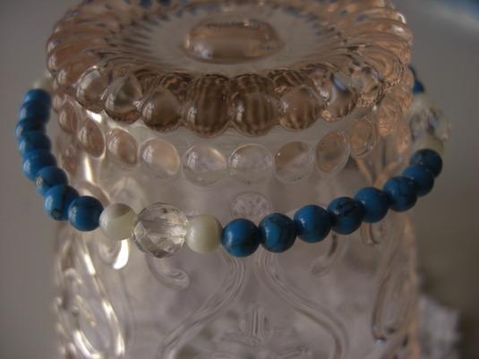 ターコイズブルーが爽やかな★天然石の華奢ブレスレット