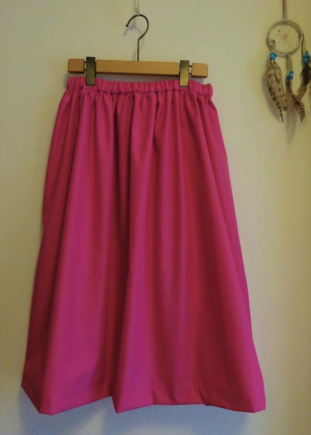 ミモレ丈スカート シャリ感ある光沢ピンク
