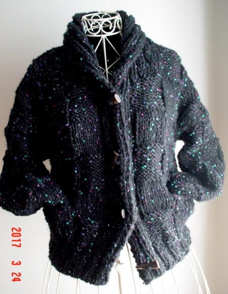 黒色の超極太毛糸とトッピングモール糸...