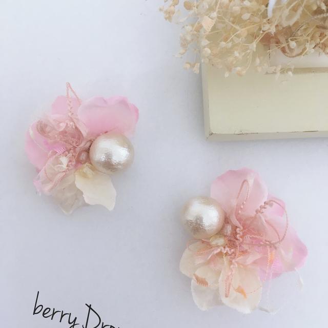ほんのりピンク花のイヤリング