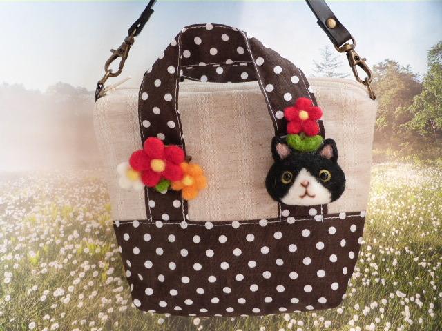 ハチ割れ猫のトート型ポーチ「お花が咲...
