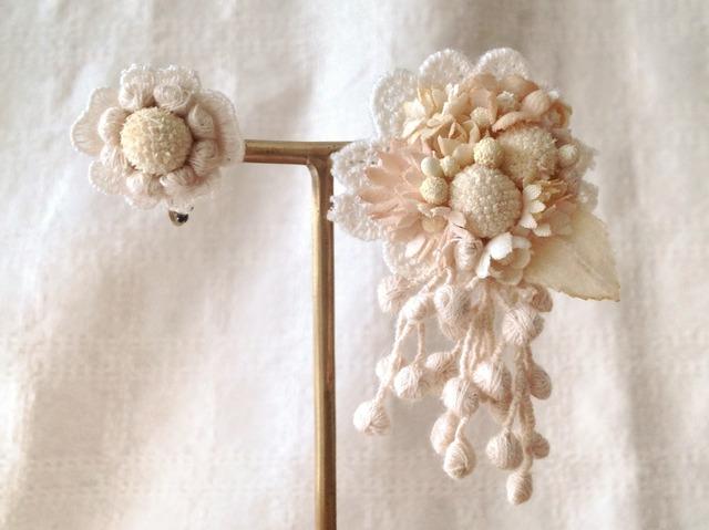 染め花とドライの実のアシンメトリーイヤリング(K・オフホワイト)