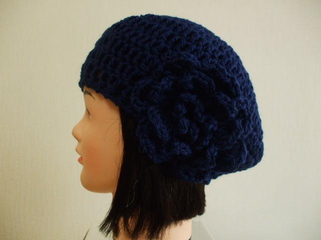 ハンドメイドベレー帽お花モチーフ付き 成人女性用 明るい紺