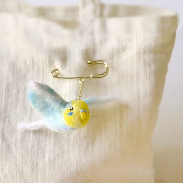 小鳥ブローチ 飛び立つセキセイインコ(レインボー)