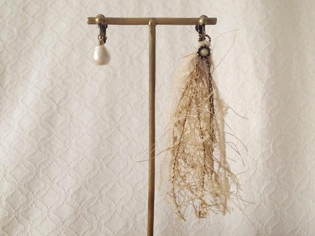 オシャレ糸のアシンメトリーイヤリング(ベージュ)
