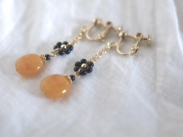真っ黒なお花とオレンジのイヤリング