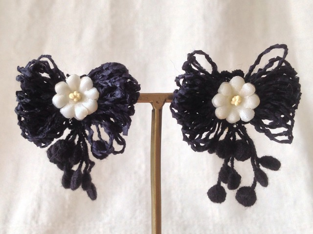 染め花と和紙リボンのイヤリング(ブラック)