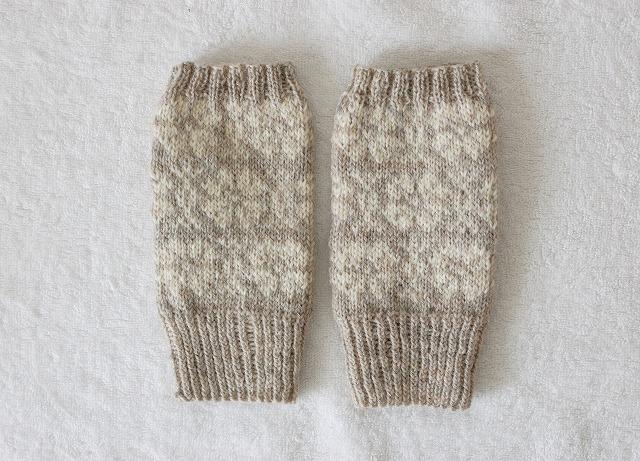 手編みの指なしミトン 薄グレー×白  北欧フラワー
