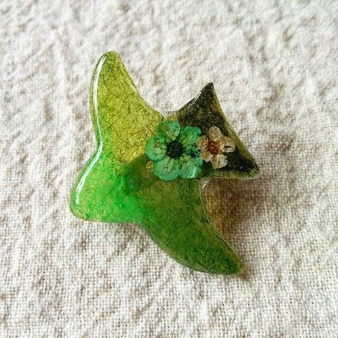 緑の小鳥ブローチ