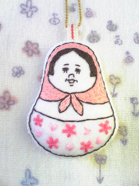 春色マトリョーシカの手刺繍チャーム