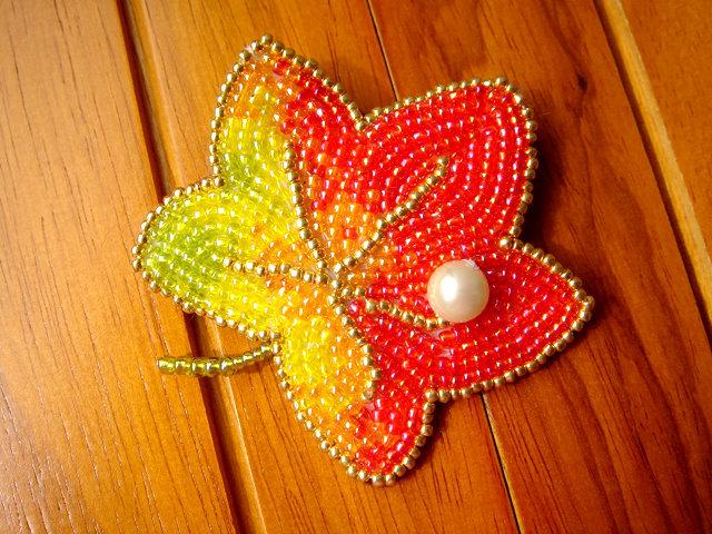 ビーズ刺繍の紅葉のブローチ