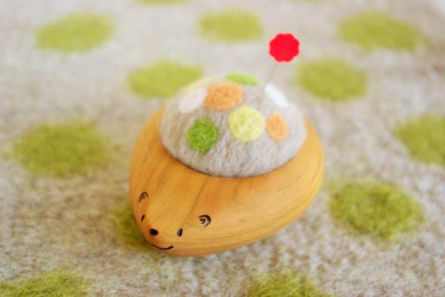 羊毛ピンクッション【針山】 はりねずみくん ふわふわ水玉 黄・黄緑・橙色