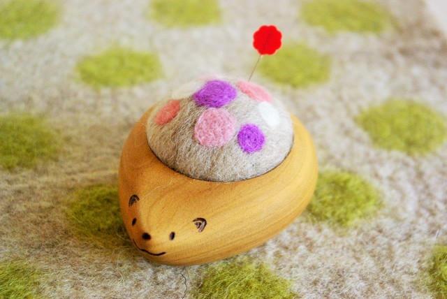 羊毛ピンクッション【針山】 はりねずみくん ふわふわ水玉 紫・ピンク色