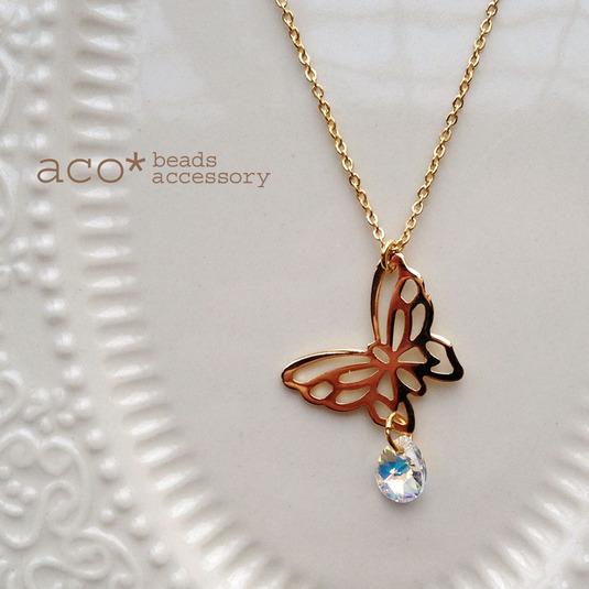 金色透かし蝶々とスワロフスキードロップのペンダントオーロラ