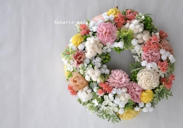 sサイズ ピンクのカーネーションと白い小花のリース
