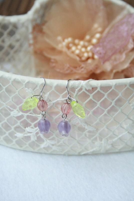 紫色チューリップの春ピアス