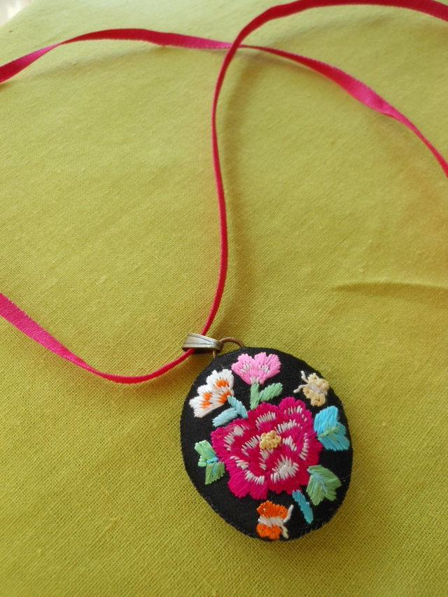 牡丹刺繍のロングネックレス