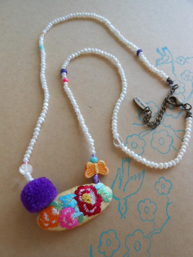 紫のポンポンとお花ネックレス