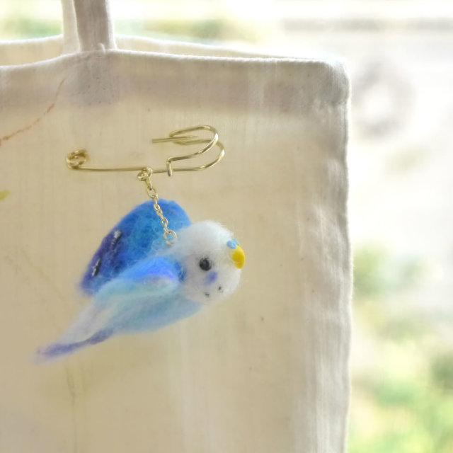 小鳥ブローチ 飛び立つセキセイインコ