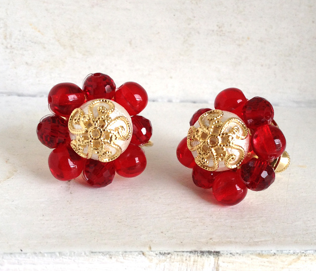 コットンパールと赤いビーズのイヤリング