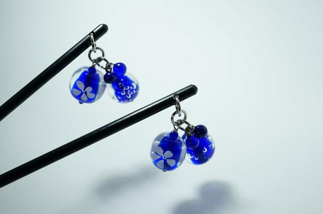 紺碧ガラスのスイングかんざし・プラスチック軸