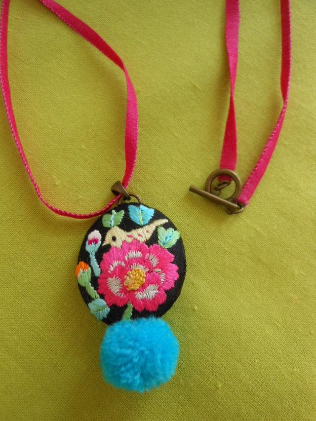 鳥のポンポン刺繍ネックレス