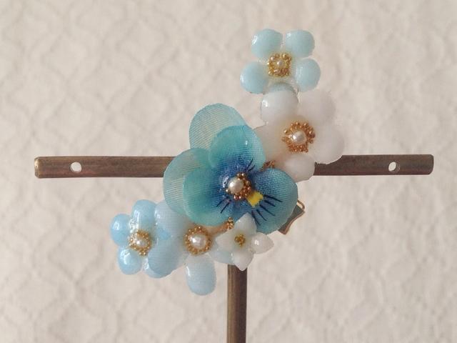 染め花を樹脂加工した小花の三日月型片耳イヤーカフ(ビオラ・ターコイズブルー)