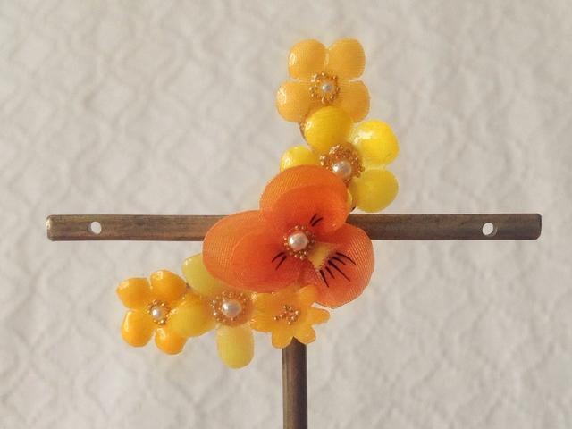染め花を樹脂加工した小花の三日月型片耳イヤーカフ(ビオラ・オレンジ)