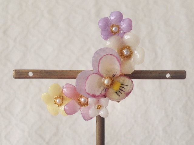 染め花を樹脂加工した小花の三日月型片耳イヤーカフ(ビオラ・薄紫&オフホワイト)