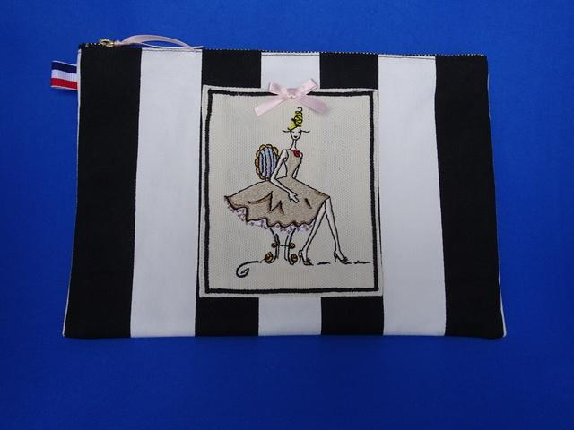 ミシン刺繍ペッタンコポーチ(ブラウン...