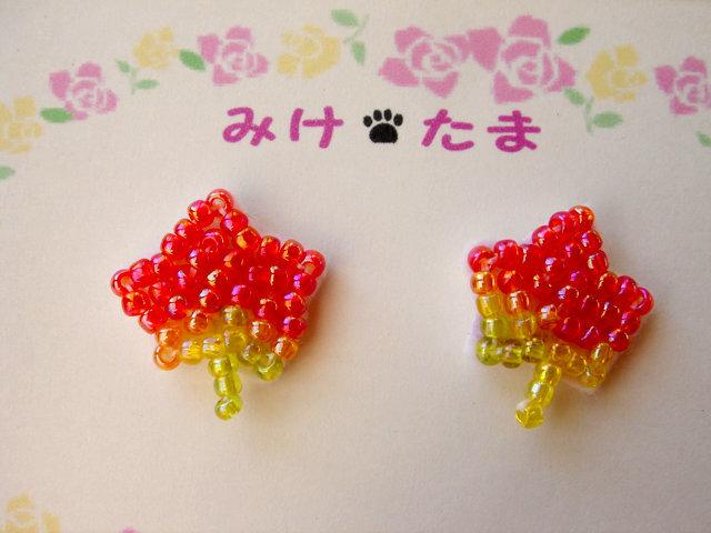 ビーズ刺繍の紅葉のピアス