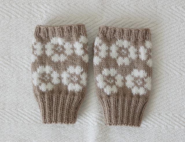 手編みの指なしミトン 【ホワイトフラワー】 モカ×白