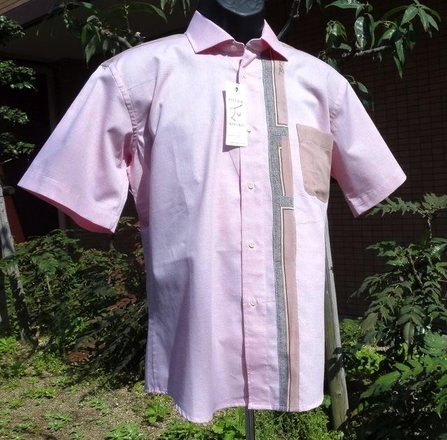 ピンク地に柄をあしらった半袖シャツ送...
