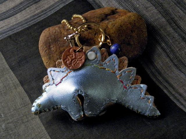 メタリック革の ステゴザウルスのバッグチャーム(ブルー&グリーン)