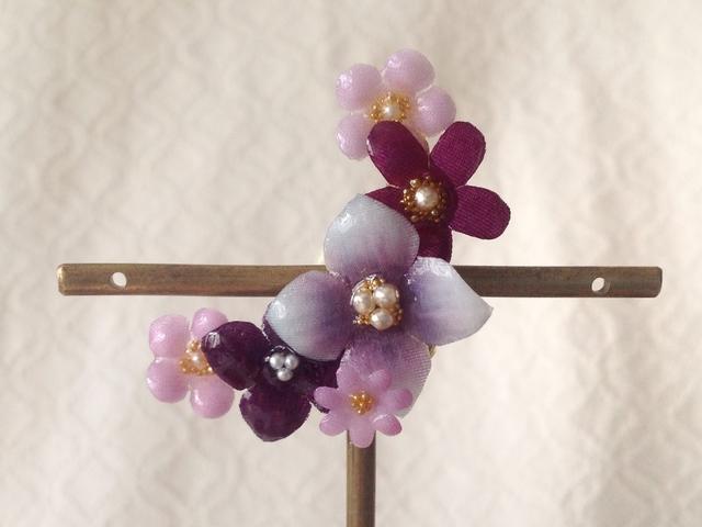 染め花を樹脂加工した小花の三日月型片...