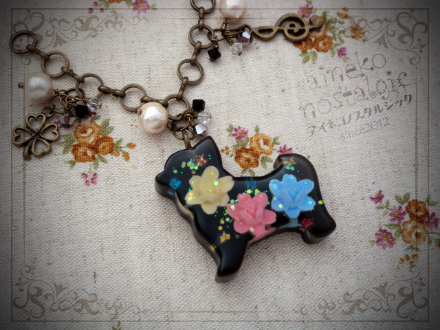 犬のバッグチャーム/黒/小花(横向きポーズの犬モチーフ)