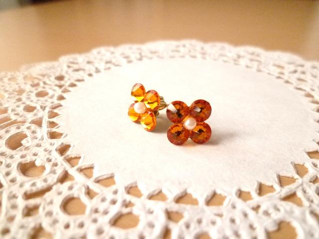 スワロフスキーのお花ピアス オレンジSサイズ