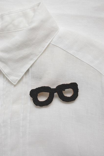 黒縁メガネのブローチ