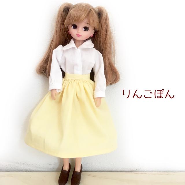 白のシャツと黄色のスカートのセット(...