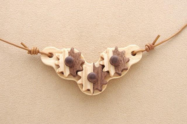 木の歯車(三連縞模様)のネックレス