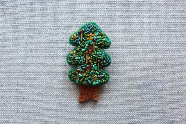 木のブローチ ロウソクのあるもみの木