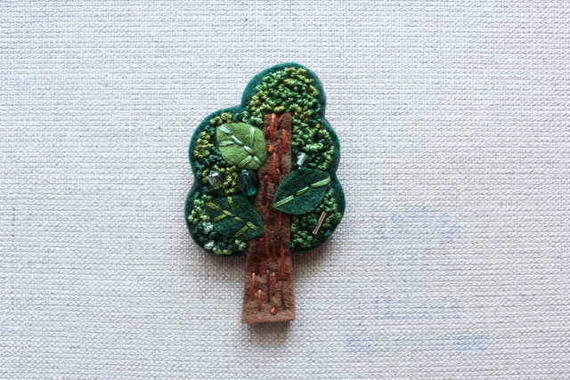 木のブローチ 常緑樹