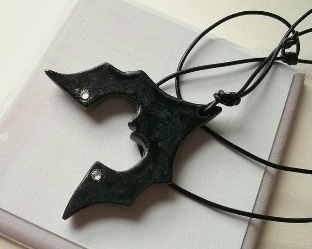陶ネックレス-逆さま蝙蝠A