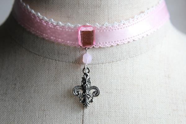 リボンチョーカー(ピンク×百合の紋章)